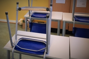 Tomme pulter illustrerer fravær i skolen. Fraværsgrenser løser bare deler av problemet, mener SL. (Foto: Runar Nørstad, SL)