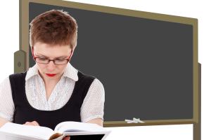 Innføringen av kompetansekrav for lærere har skapt mye uro og usikkerhet. Nå har Venstre kommet til enighet om en mer fleksibel innføring av kravene, som gir lærere som er utdannet før 1.1.2014 dispensasjon fra kravet frem til 2025. (Foto: Pixabay/Illustrasjon)