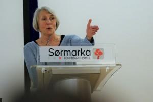 SL-leder Anne Finborud på talerstolen under landsstyremøtet. (Foto: SL)