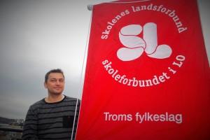 Skolenes landsforbund håper mange av SLs faner blir å se i 1. mai-togene i det ganske land søndag. Bildet viser Henning Hansen, fylkesleder i SL Troms. (Foto: SL)