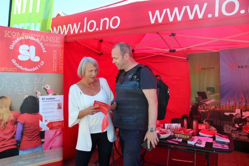 Forbundsleder Anne Finborud og forbundssekretær Chris Gøran Holstad besøkte SLs stand i Arendal. (Foto: SL)