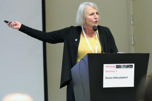 SL-leder Anne Finborud etterlyser en tydeligere skolepolitikk fra Arbeiderpartiet. Her på talerstolen under Kommunalkonferansen mandag. (Foto: SL)