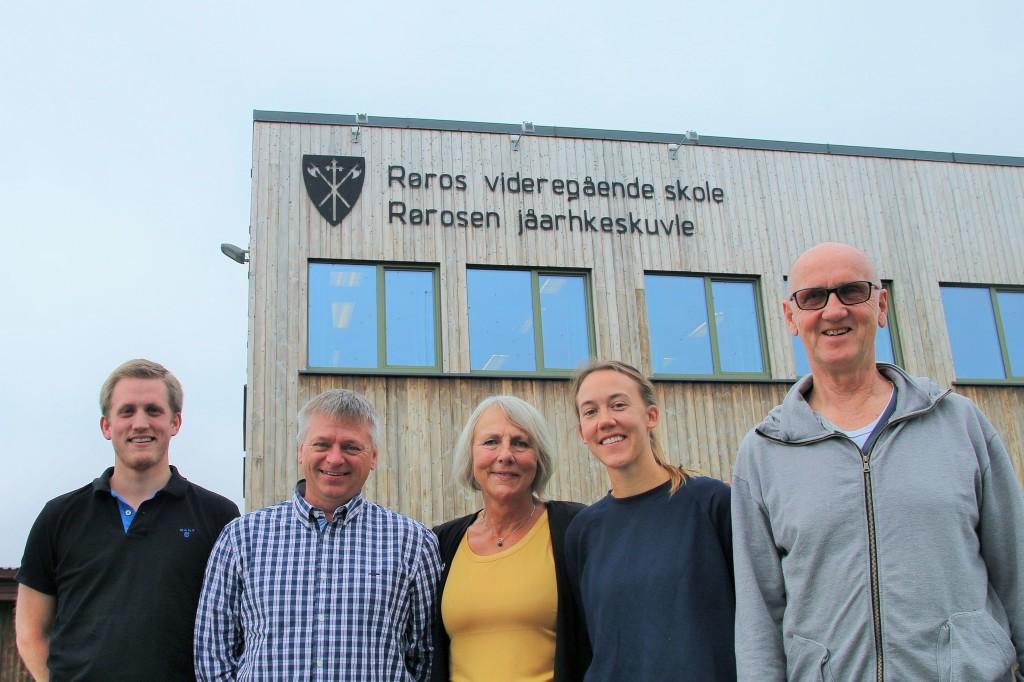 SL-leder Anne Finborud (i midten) på skolebesøk, fredag 16. september. Her sammen med Christian Elgaaen (fra venstre), Arvid Svendsen, Marte Rosvold Støvne og Ivan Pasjkurov. (Foto: SL)