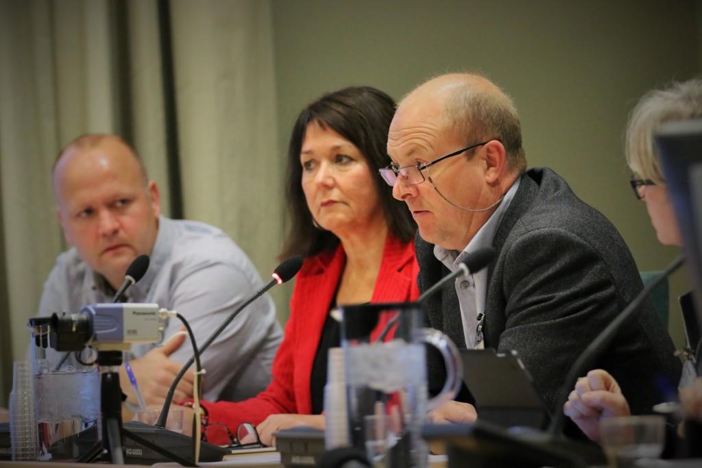 SL-nestleder Terje Moen under høringen i Stortingets KUF-komité tirsdag. Til venstre: Eirik Lund, seniorrådgiver i UDF og Siri Skjæveland Lode, sentralstyremedlem i UDF. (Foto: SL)