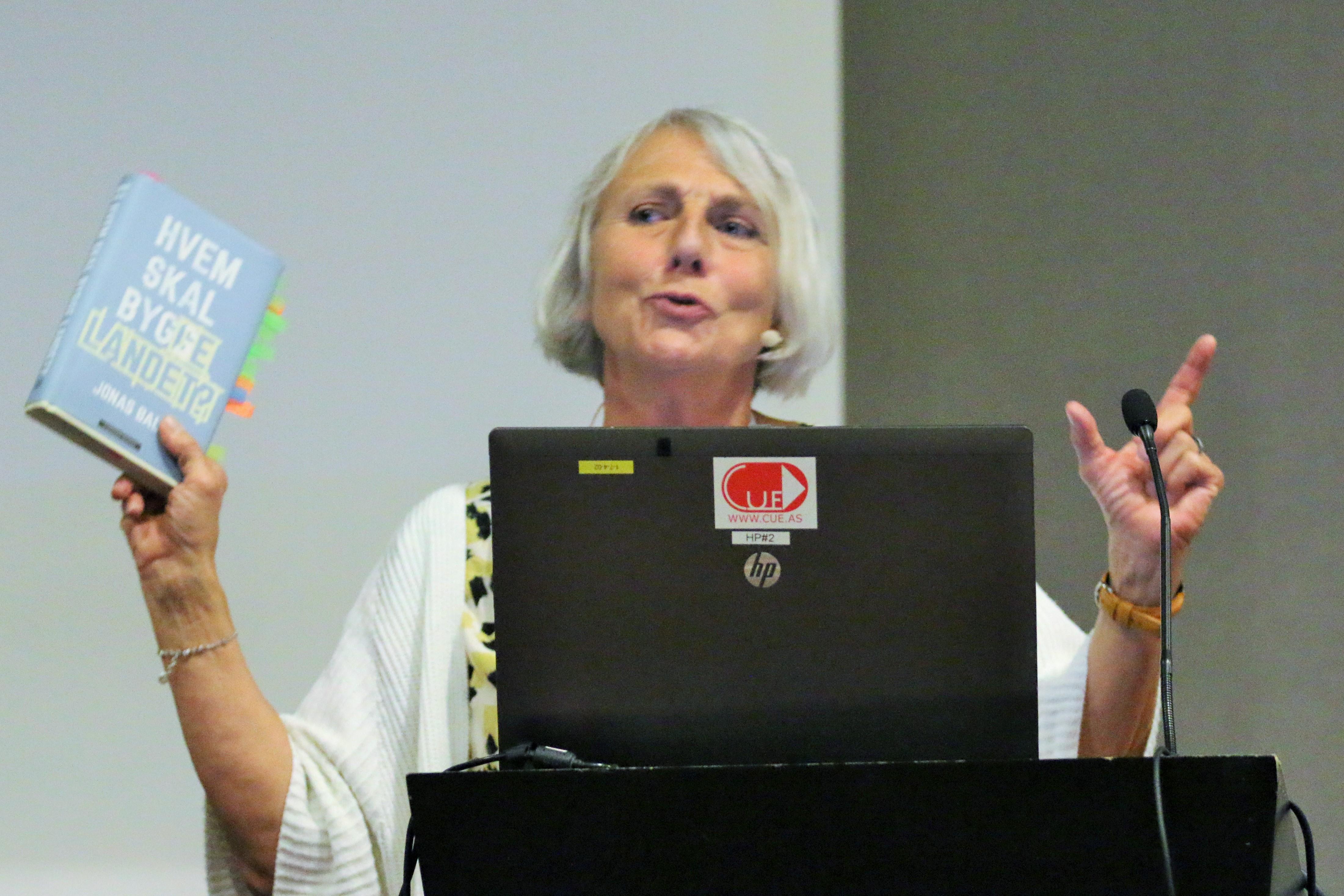 Anne Finborud på talerstolen under Kommunalkonferansen. (Foto: SL)